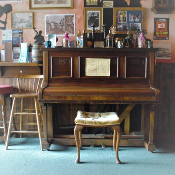 england - watchet - pepper's bar - piano